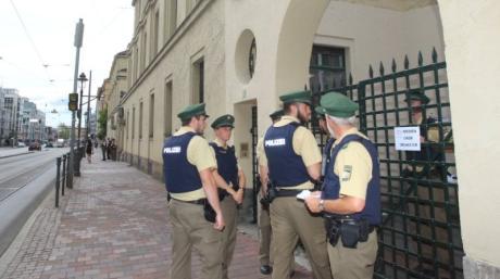 Polizeieinsatz bei der 100-Jahr-Feier der Augsburger Synagoge im Jahr 2017. Eine 24-Stunden-Bewachung des jüdischen Gotteshauses gibt es in Augsburg nicht.