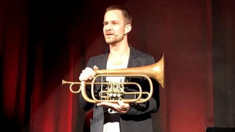 """Der gebürtige Friedberger Felix Oliver Schepp unterhielt das Publikum im Wittelsbacher Schloss mit seinem Kabarettprogramm """"Herzklopfen""""."""