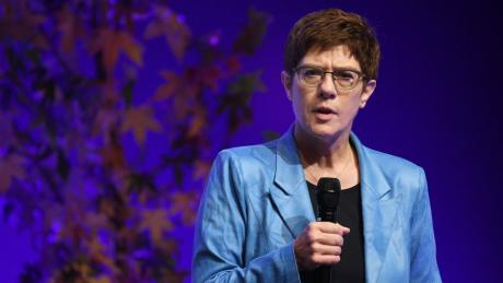 CDU-Chefin Annegret Kramp-Karrenbauer schnappte sich das Handmikrofon und nutzte den ganzen Raum der Bühne für ihren Auftritt am Sonntag, während Friedrich Merz seine umjubelte Rede am Freitagabend vom Pult aus zelebrierte.