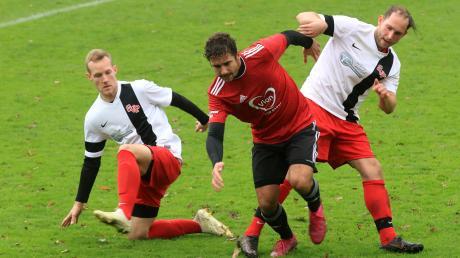 Der FC Buchloe (rote Trikots; hier im Spiel in Pforzen) gewann das Verfolgerduell gegen den FC Jengen.