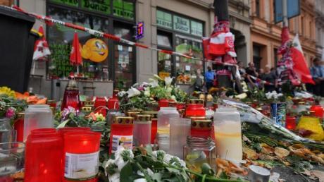 Blumen und Kerzen erinnern vor dem Döner-Imbiss, einem der tatorte des Anschlags von Halle, an die Opfer. Foto: Hendrik Schmidt/dpa-Zentralbild/dpa