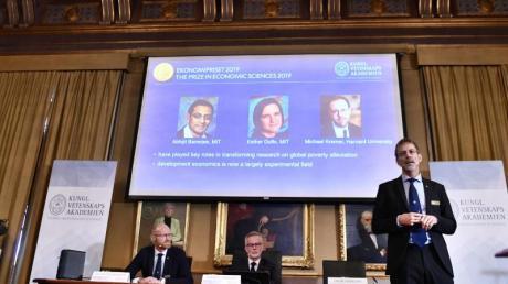 In der Königlich Schwedischen Akademie der Wissenschaften in Stockholm werden die Gewinner verkündet: Der Wirtschaftsnobelpreis geht an Abhijit Banerjee, Esther Duflo und Michael Kremer. Foto: Karin Wesslen/TT News Agency/AP/dpa