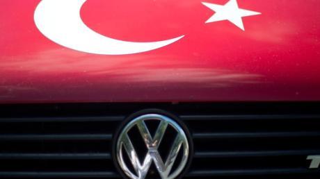 Angesichts der Militäroffensive der Türkei in Nordsyrien hängt nun ein Fragezeichen über einem geplanten VW-Werk nahe Izmir. Foto: Sebastian Gollnow/dpa
