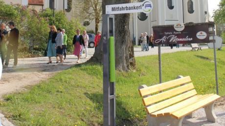 An der viel befahrenen Durchgangsstraße direkt bei Maria Birnbaum in Sielenbach steht ein Mitfahrbankerl. Die Stadt Aichach will jetzt   einen Versuch starten.