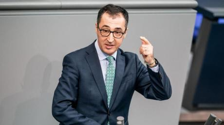 Der Vorsitzende des Verkehrsausschusses, Cem Özdemir (Grüne), scheitert deutlich mit seinem Vorstoß im Bundestag. Foto: Michael Kappeler/dpa