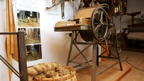 Viele Ausstellungsstücke, darunter auch großes Gerät, müssen verstaut werden und das stellt den Heimatverein vor eine große Herausforderung.