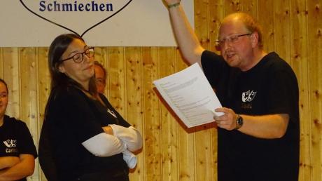 Die Schmiechener Theatergruppe probt für die nahende Premieren, im Bild die Darsteller Melanie Staudacher und Daniel Habel.