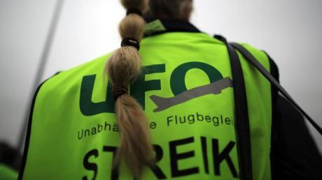 Die Kabinengewerkschaft Ufo hat für Sonntagmorgen zu Warnstreiks bei den Lufthansa-Töchtern Eurowings, Germanwings, Lufthansa Cityline und Sunexpress aufgerufen. Foto: Oliver Berg/dpa