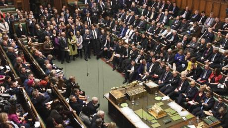 Abgeordnete sitzen im britischen Unterhaus und debattieren über den Brexit.