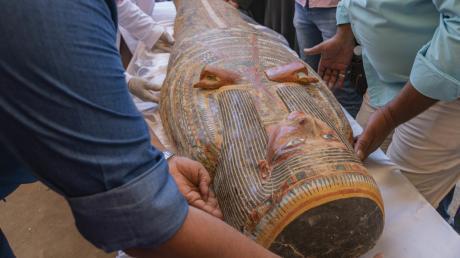 Forscher legen einen Holzsarg zurecht: Die 3000 Jahre alten Grabbehältnisse wurden im ägyptischen Luxor entdeckt. Es ist der erste Fund dieser Art seit Ende des 19. Jahrhunderts.