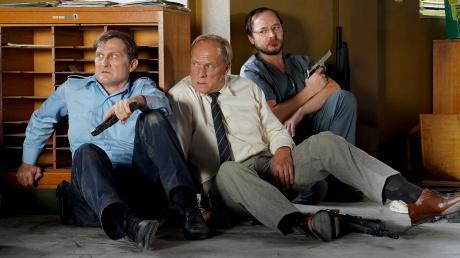 """Schließer Jörg (Jörn Hentschel), Felix Murot (Ulrich Tukur) und Kermann (Thomas Schmauser): Szene aus dem Wiesbaden-Tatort """"Angriff auf Wache 08"""", der heute im Ersten läuft."""