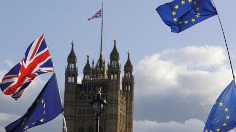 Die Flaggen vonGroßbritannien und der Europäischen Union wehen vor dem britischen Parlament. Foto: Kirsty Wigglesworth/AP/dpa