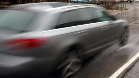 In Aystetten ist die Hauptstraße so breit und gerade gebaut, dass Autofahrer gerne aufs Gaspedal drücken - zum Ärger der Anwohner. Ein Parkverbot habe die Situation nur noch verschlimmert.