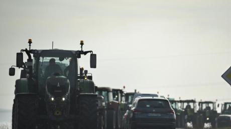 Bauern in ihren Traktoren sammeln sich in der Nähe des Autobahnkreuzes Bayreuth/Kulmbach, um gegen die Agrarpolitik der Bundesregierung zu protestieren.