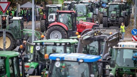 Traktoren, so weit das AUge reicht: Auch in Hannover protestierten Landwirte gegen die Agrarpolitik der Bundesregierung. Foto: Sina Schuldt/dpa