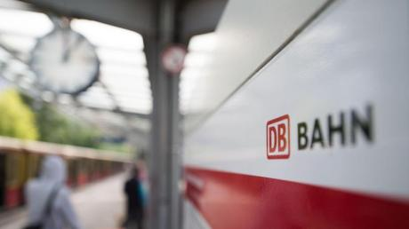 Die Deutsche Bahn informiert im Berliner Grunewald über neue Produkte und Serviceangebote. Foto: Lino Mirgeler/dpa