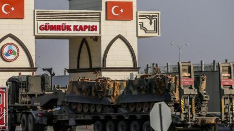 Nachschub:Ein Lkw der türkischen Streitkräfte, bringt gepanzerte Personentransporter über die Grenze zu Syrien. Foto: Emrah Gurel/AP/dpa
