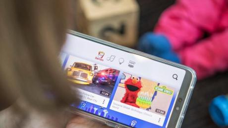 Die meisten Kinder schauen gerne Videos - im Internet ist die Auswahl fast endlos groß. Foto: Robert Günther/dpa-tmn