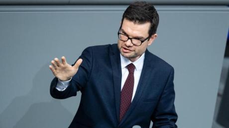 Marco Buschmann, FDP, kritisiert den Vorschlag der Grünen den Einzelhandel mit Konsumgutscheinen für jeden Bürger zu unterstützen.