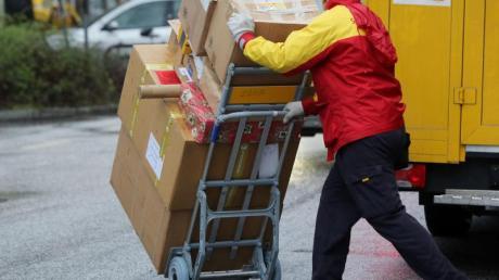 Paketboten, die für Subunternehmer arbeiten, sollen durch ein neues Gesetz besser vor Sozialbetrug geschützt werden.