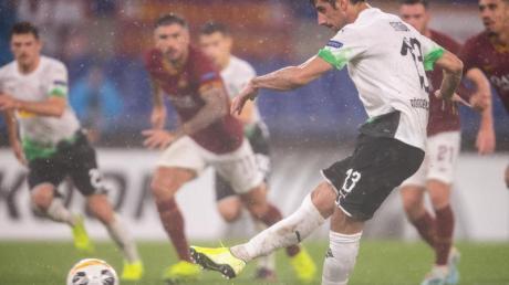 Lars Stindl sorgte vom Elfmeterpunkt für das Gladbacher Last-Minute-Remis bei AS Rom. Foto: Marius Becker/dpa