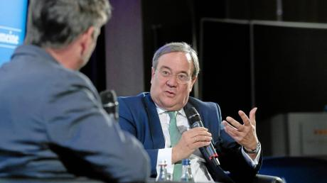 """Ministerpräsident Armin Laschet (rechts) und Chefredakteur Dr. Gregor Peter Schmitz sprachen bei """"Augsburger Allgemeine Live"""" auch über den nächsten Kanzlerkandidaten der CDU."""
