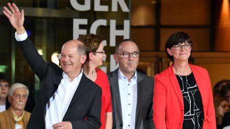Die Kandidatenpaare Olaf Scholz und Klara Geywitz sowie Norbert Walter-Borjans und Saskia Esken müssen nun in die Stichwahl.
