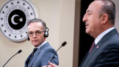 Bundesaußenminister Heiko Maas und sein türkischer Amtskollege Mevlüt Cavusoglu (r) geben nach ihrem Gespräch eine Pressekonferenz.