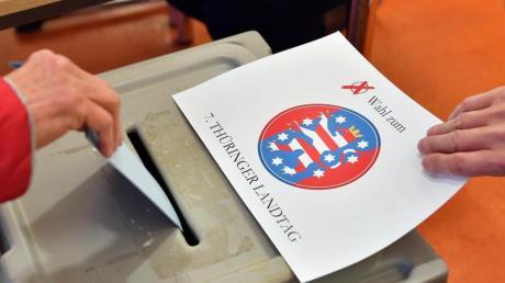 Ein Wähler gibt in einem Wahllokal in Erfurt seine Stimme ab. Foto: Martin Schutt/dpa-Zentralbild/dpa