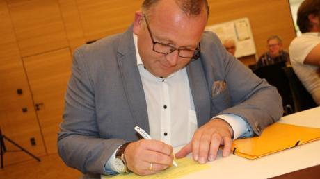 Demokratie bedeutet auch Bürokratie. Nach der Abstimmung bestätigt Timo Böllmann seine Kandidatur mit einer Unterschrift.