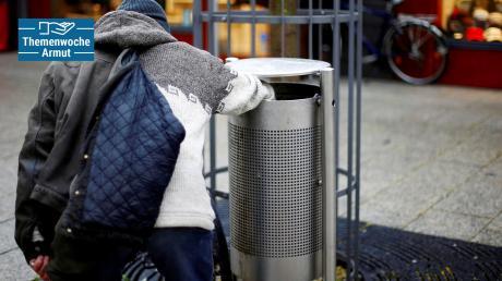 """Vier Pfandflaschen bringen so viel, wie ein Abendessen kostet: Menschen, die in Mülleimern nach Flaschen suchen, um sich mit dem Pfand etwas Geld zu """"verdienen"""", gibt es auch in Augsburg. In der drittgrößten bayerischen Stadt ist der Kampf gegen Armut ein virulentes Thema."""
