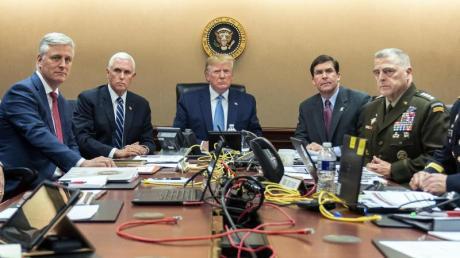 US-Präsident Trump (M) und sein Sicherheitsstab in Washington.
