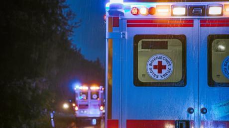 Ein Rettungsassistent des Roten Kreuzes hat mehrere Frauen vergewaltigt und sexuell missbraucht – in einem Fall während eines Einsatzes im Rettungswagen. In Augsburg wurde er zu einer langen Haftstrafe verurteilt.