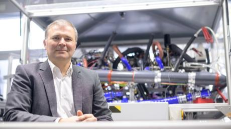 Josef Kallo forscht am Deutschen Zentrum für Luft- und Raumfahrt an Brennstoffzellen für Flugzeuge. Damit Airlines die Technologie übernehmen, muss deren Effizienz steigen.