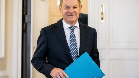 Bundesfinanzminister Olaf Scholz (SPD) kommt zu der Bekanntgabe des Ergebnisses der Herbst-Steuerschätzung. Foto: Michael Kappeler/dpa