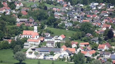 So sieht der Blick von oben auf die Gemeinde Obergriesbach aus. Das Luftbild zeigt den Ort mit seiner Kirche und dem Schlossberg. Dieser wird weiter entwickelt.