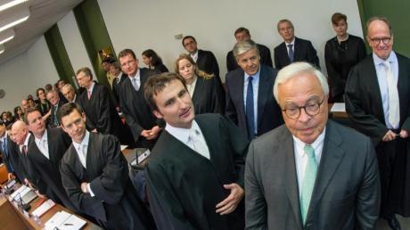 Die Rechtsanwälte und Angeklagten um den Co-Chef der Deutschen Bank, Jürgen Fitschen (hinterste Reihe 2.v.r.) im April 2015 zu Beginn des Strafprozesses gegen ihn und weitere Ex-Manager der Bank. Foto: Peter Kneffel/dpa
