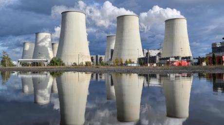 Kühltürme des Braunkohlekraftwerkes Jänschwalde: Die Kläger werfen der schwarz-roten Regierung vor, nicht genug für die Reduzierung der Treibhausgas-Emissionen zu tun. Foto: Patrick Pleul/zb/dpa