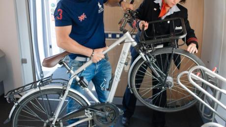Ein Fahrgast verstaut sein Fahrrad in einem ICE 4. Die Bahn will diesen Service ausbauen. Foto: Andreas Gebert/dpa