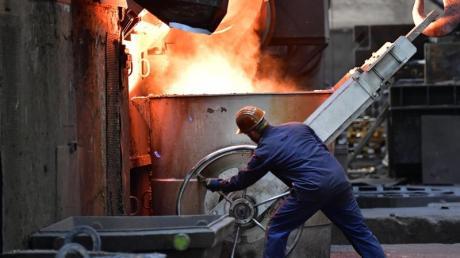 Ein Beschäftigter in einer Eisengießerei in Thüringen. Foto: Martin Schutt/zb/dpa