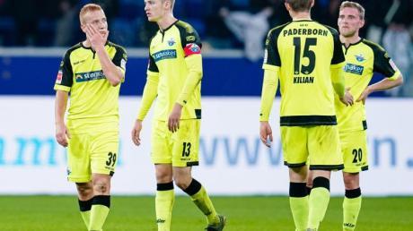 Niedergschlagene Paderborn-Profis nach der Pleite in Hoffenheim. Foto: Uwe Anspach/dpa