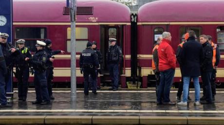 Die Polizei Dortmund führt gemeinsam mit der Bundespolizei Befragungen sowie eine Spurensuche im Partyzug durch und nimmt die Personalien der Fahrgäste auf. Foto: Günter Benning/dpa