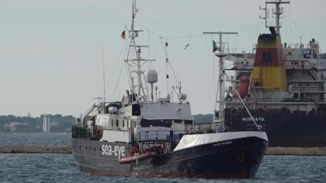 """Das Rettungsschiff """"Alan Kurdi"""" ist im Hafen von Tarent in Apulien angekommen."""