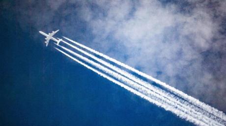 Ab in den Süden? - Flugreisen sind im Vergleich zu anderenUrlaubsformen besonders schädlich für das Klima. Foto: Federico Gambarini/dpa/dpa-tmn