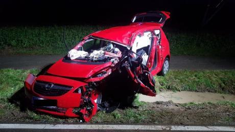 Sehr stark beschädigt wurde dieses Auto bei einem Unfall bei Haunswies.
