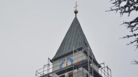 Der Turm der St.Antonius-Kirche in Freienried hat bei der Renovierung eine Uhr bekommen. Das Gerüst wird in Kürze entfernt.