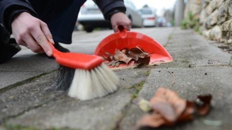 Wann und wie viel Fußweg bzw. Straße müssen Anlieger kehren? Mit dieser Frage beschäftigte sich nun der Gemeinderat Kleinaitingen.