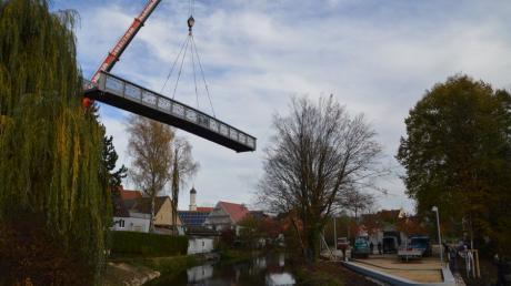 Ein Kran hievte am Dienstagmittag die 19 Tonnen schwere Brücke über die Brenz an ihren Bestimmungsort an der Gundelfinger Bleicheinsel.