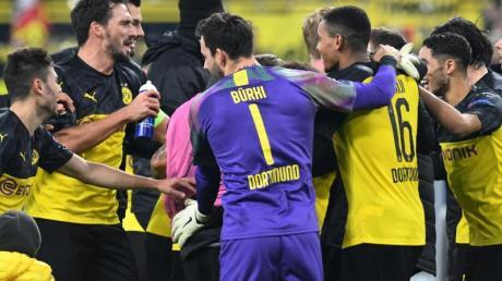 Die BVB-Spieler feiern das 3:2 gegen Inter Mailand.