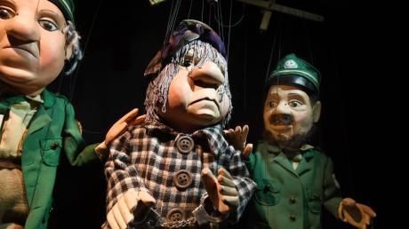 """Auch dieAugsburger Puppenkiste kriegte es mit der Polizei zu tun. Am 18. April 2000 lud sie Herrn Quallus zum Verhört vor. Dokumentiert jetzt in der neuen Ausstellung """"Gesucht wird...-Kriminalgeschichten auf der Puppenbühne""""bis 17. Mai 2020."""